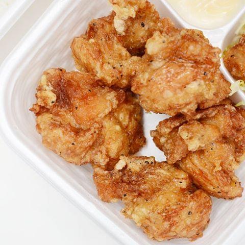 今日は漬鶏屋のから揚げ弁当(モモ肉/ニンニク)ボリュームはそれほどないけど、こだわりがすごい!これ、うまい。