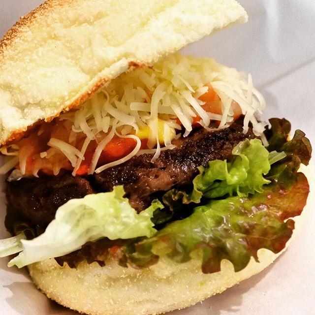 ソノラバーガーの米沢牛100%バーガー食べてきた!いや〜豪快にかぶりつくのもいいよね。#ソノラバーガー #ハンバーガー #米沢牛 #豪快 #郡山カフェ #チーズ #デートには不向き #女子会 #郡山 #郡山市 #fukushima #オニオンフライ #ポテト #おひとりさま #家族