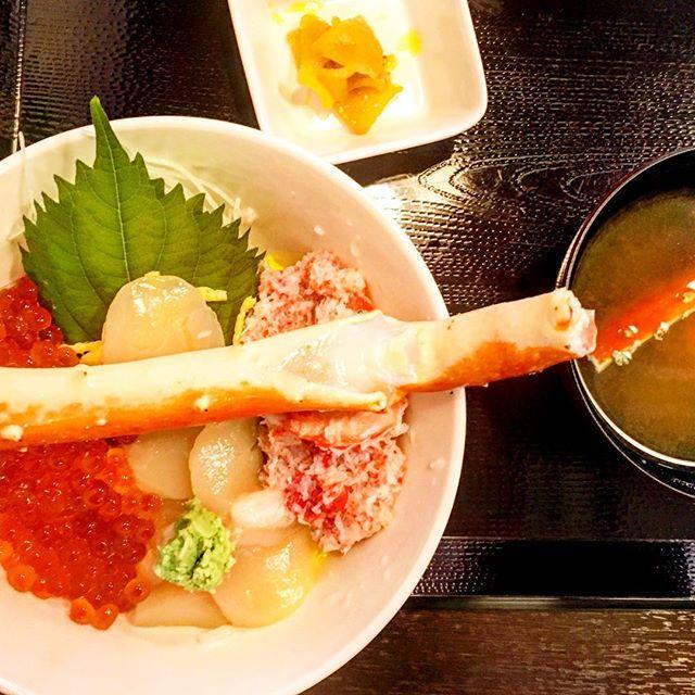 いわき・ら・ら・ミュウに行ったら海鮮丼食べなきゃね!カニの味噌汁もセットで。#ららみゅう #ららミュウ #海鮮丼 #アクアマリンふくしま #味噌汁 #カニ #イクラ #ホタテ #いわき #海 #魚 #福島