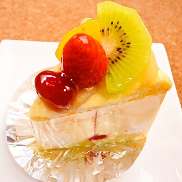 フルラージュのケーキ。今日はお月見だけど、お団子じゃなくてケーキで!#フルラージュ #ケーキ #開成山 #市役所近く #フルーツ #ミルクレープ #クリーム #スポンジ #いちご #ぶどう #おいしい #甘い #郡山市 #郡山 #お月見 #お団子