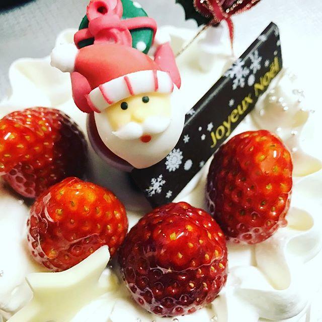 フルラージュのケーキでメリークリスマス!サンタさんこっち見てるぞ。 #フルラージュ #サンタ #メリークリスマス #ケーキ #いちご #苺 #4号 #ホールケーキ #お菓子 #生クリーム #クリーム #おいしい #桑野