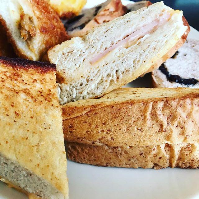 チロルのハムチーズやらカレーパンやらでお腹いっぱい。#チロル #パン #ハムチーズ #郡山市 #郡山 #パン #パン好き #パン大好き #パン好きな人と繋がりたい #パン好き女子 #パン好きと繋がりたい #パン好きにはたまらない #パン好きすぎる #パン好き集まれ #パン好き男子 #カレーパン #菜根 #サンドウィッチ #サンドイッチ #ランチ #おいしい