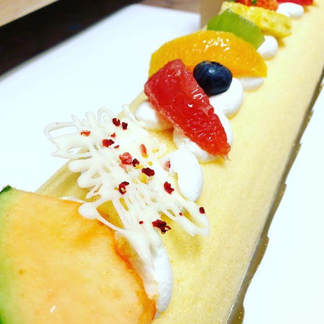 かめまんのロールケーキが長すぎて画像におさめることができなかったわけである。#かめまん #ロールケーキ #須賀川市 #お菓子 #おやつ #おいしい #グルメ #ケーキ #ロールケーキ大好き #誕生日ケーキ #デザート #デザート女子 #ケーキ大好き #ケーキ好き #洋菓子 #ご褒美 #デザート好き #ケーキ好きと繋がりたい #ロールケーキ